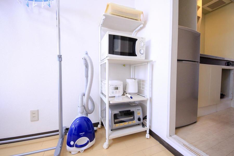 レンジやトースターなどはキッチンラックに集約。キャスター付で移動可能です