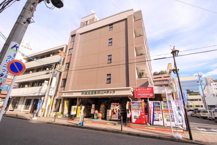 グレージュカラーの外観が特徴。駅近ということもあり周囲は飲食店が豊富です