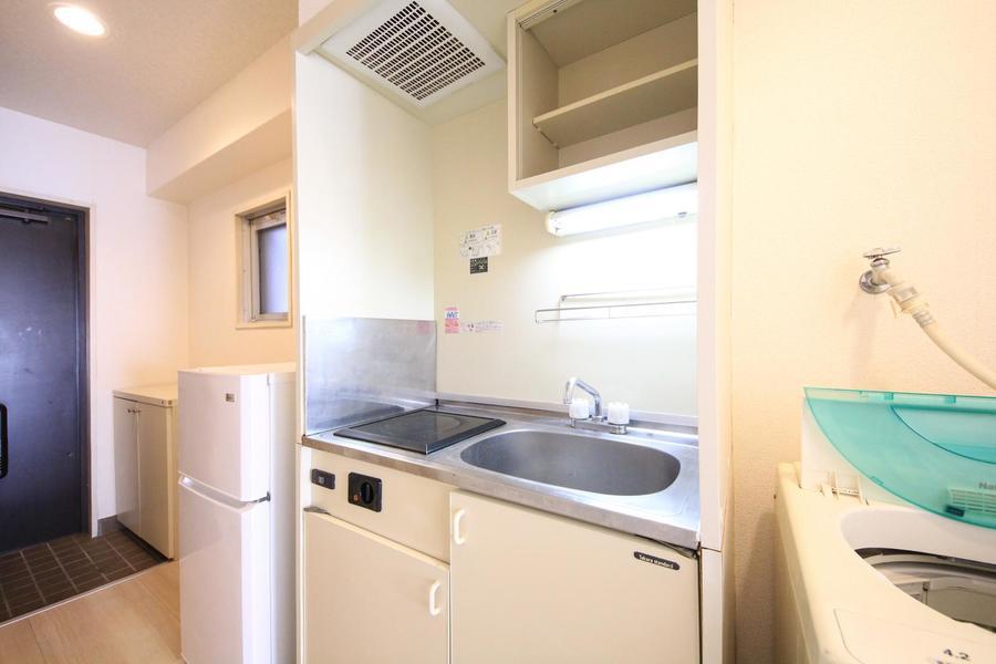 広めのシンクが特徴のキッチン。吊り棚もあり小物収納も◎