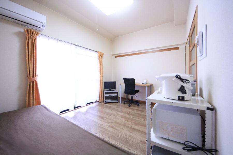 お部屋はどこか懐かしい雰囲気。窓も大きく明かりもしっかり取り込めます