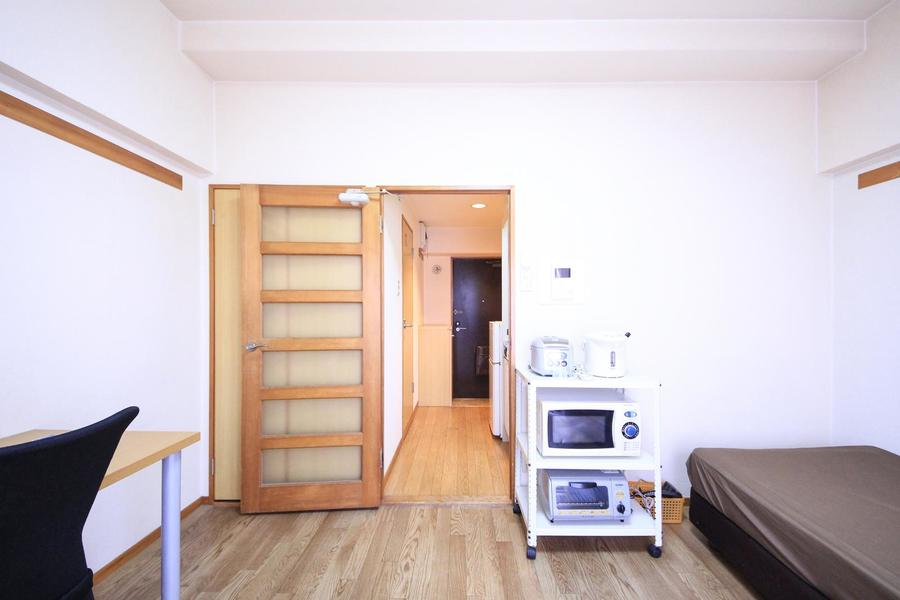 お部屋の扉はガラスはめ込みタイプ。廊下の様子も見えるのがポイント