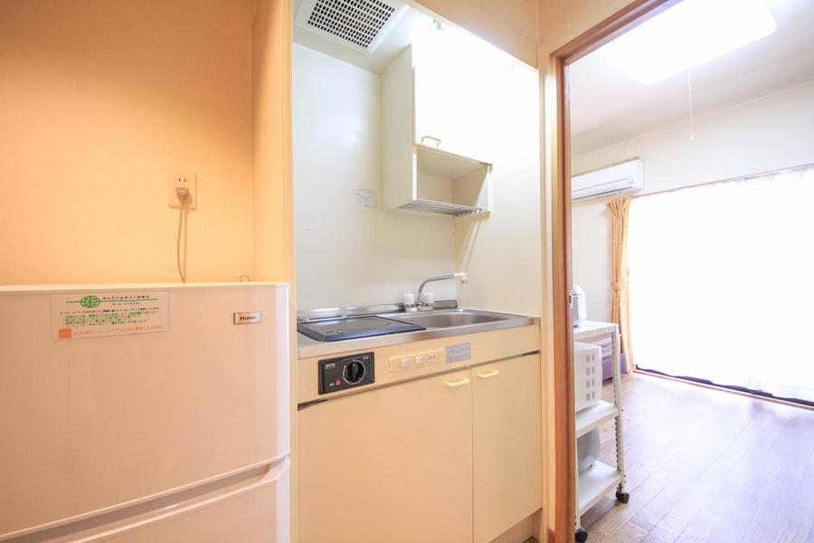 キッチンはコンパクトながら吊り棚、広めシンクと使い勝手のよいつくり
