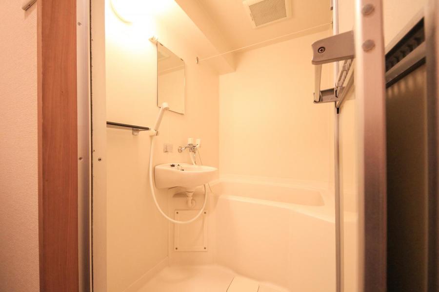 お風呂は少し小さめ。鏡や小物棚もあり便利です