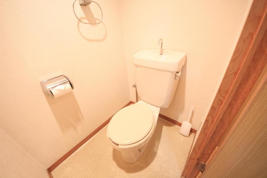 清潔感あるお手洗いは広めのスペースでゆったりと