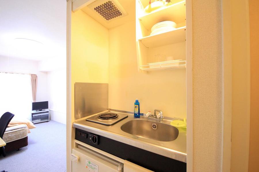 キッチンはコンパクト。吊り棚には食器などが収納可能です