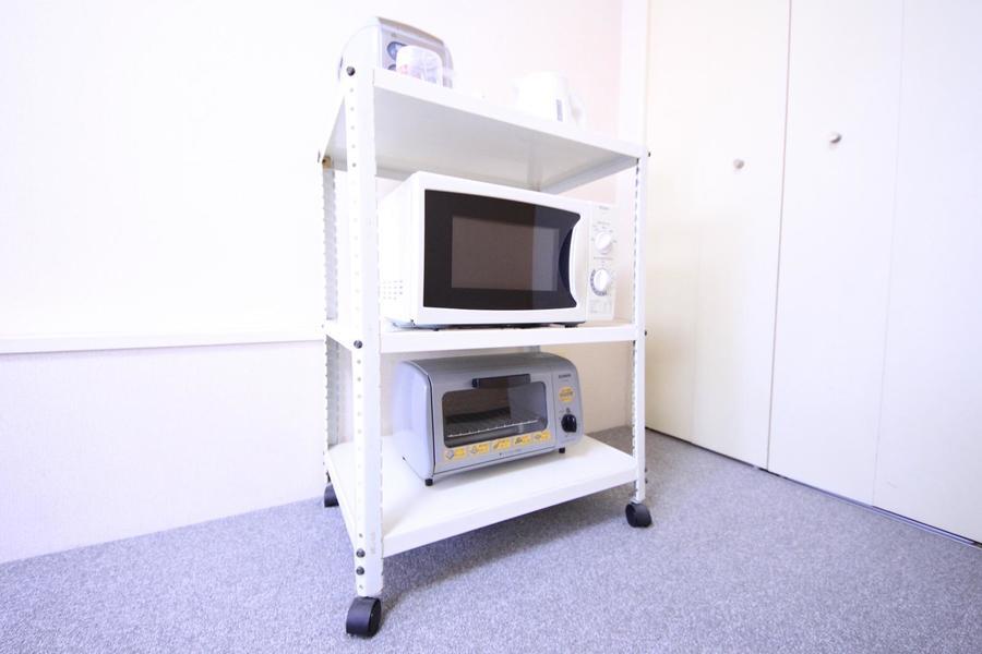 家電類をまとめたキッチンラックは使いやすい移動可能タイプ