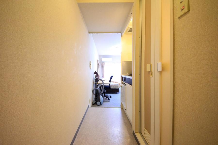 玄関からお部屋の間はすっきり一本。キッチン前も広めの作りです