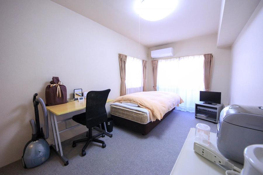 お部屋はシンプルな6帖ルーム。狭すぎず広すぎずのジャストサイズです