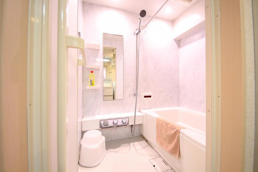 大理石調の壁面が高級感を感じさせるお風呂。浴室乾燥機能も搭載!