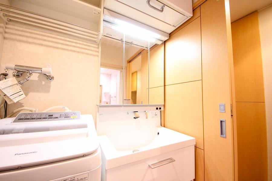 大きな鏡は特徴の洗面台。女性に嬉しいシャンプードレッサータイプです