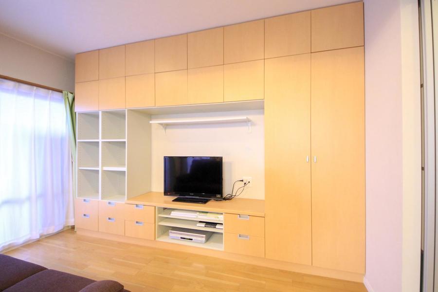 テレビボードは壁面収納タイプ。圧倒的収納力でお部屋もすっきり!