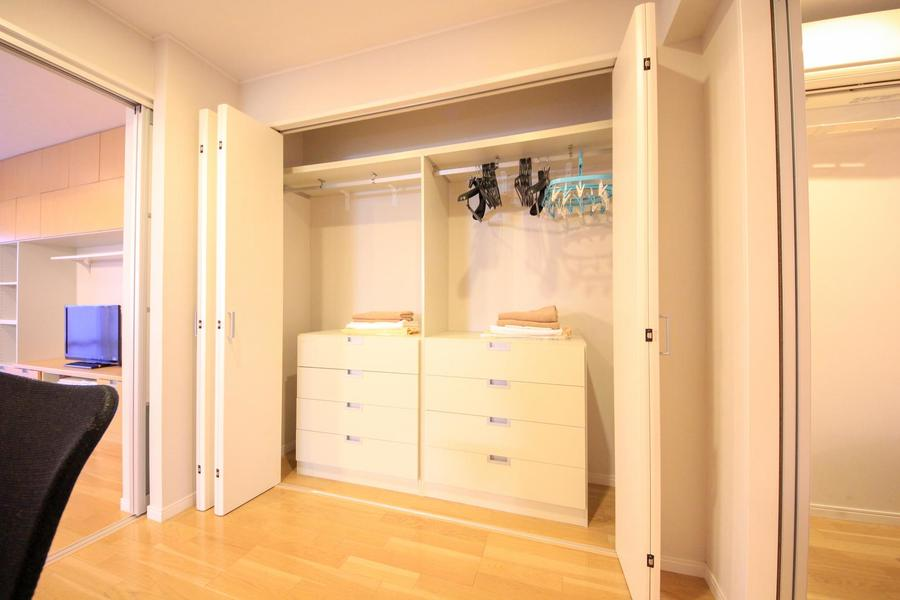 洋室の壁面収納は衣類用に特化。お洋服の収納はおまかせください