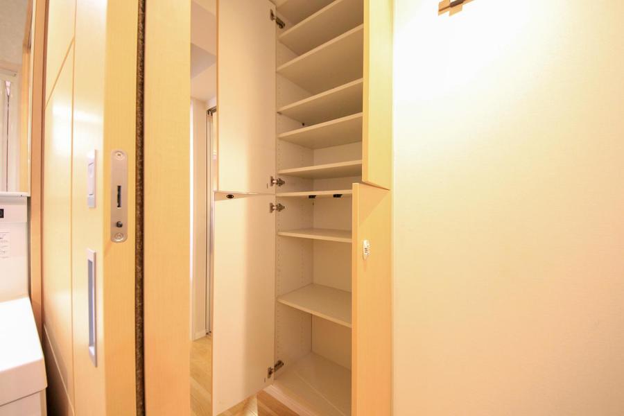 収納は廊下、玄関にも完備。長期滞在でも安心の収納力です