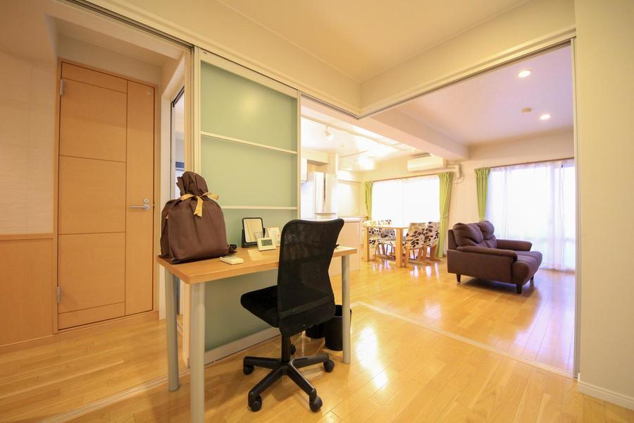 リビング横の洋室は仕切り扉を開けて広く使うことも可能です