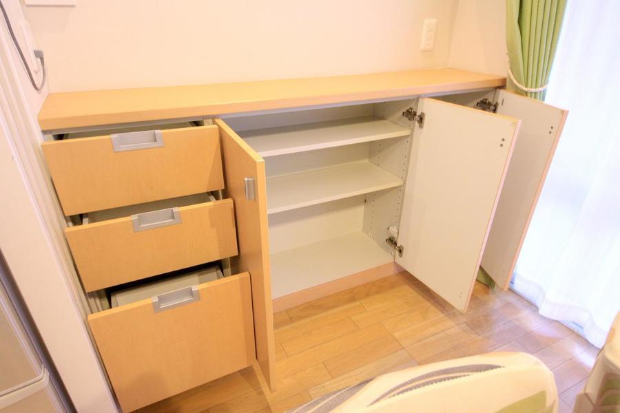 キッチン横にも壁面収納。天板は小物置きとしてもご利用いただけます