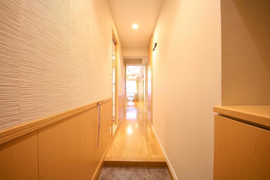 玄関周辺はイエローブラウン系のカラーリング。ぬくもりが感じられます