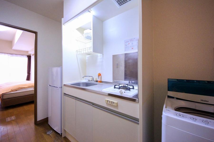 キッチンはコンパクト。作業スペースもあるためお料理もできます