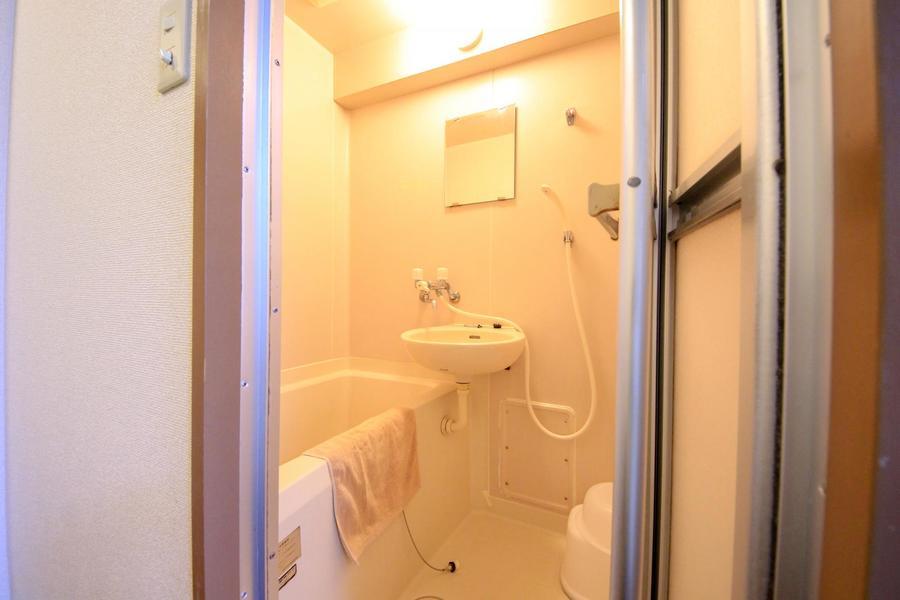 くつろぐのバスルーム。バスマットや洗面器などもご用意しております