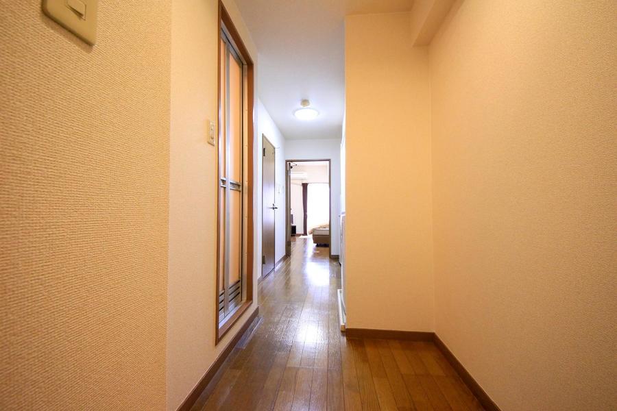 玄関前は少し広めのつくり。通りやすく動きやすいのが嬉しいですね