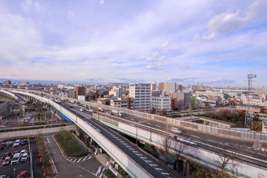 通路からはすぐ横を流れる国道を一望。晴天時は名古屋駅まで見渡せます