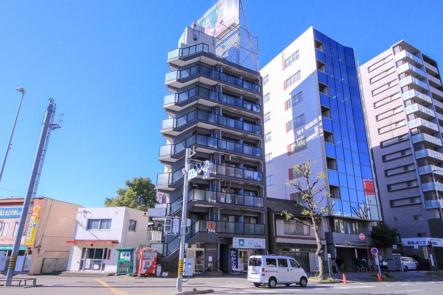 立地は名古屋市を流れる大通り交差点の角。屋上の看板が目印です