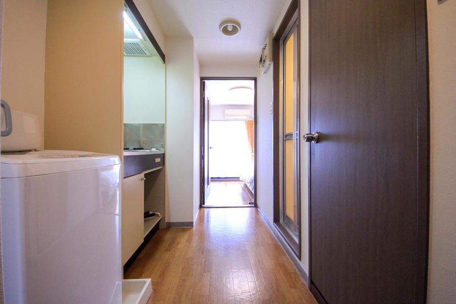 キッチン周辺はお部屋と同じ色合いのフローリングで統一感があります
