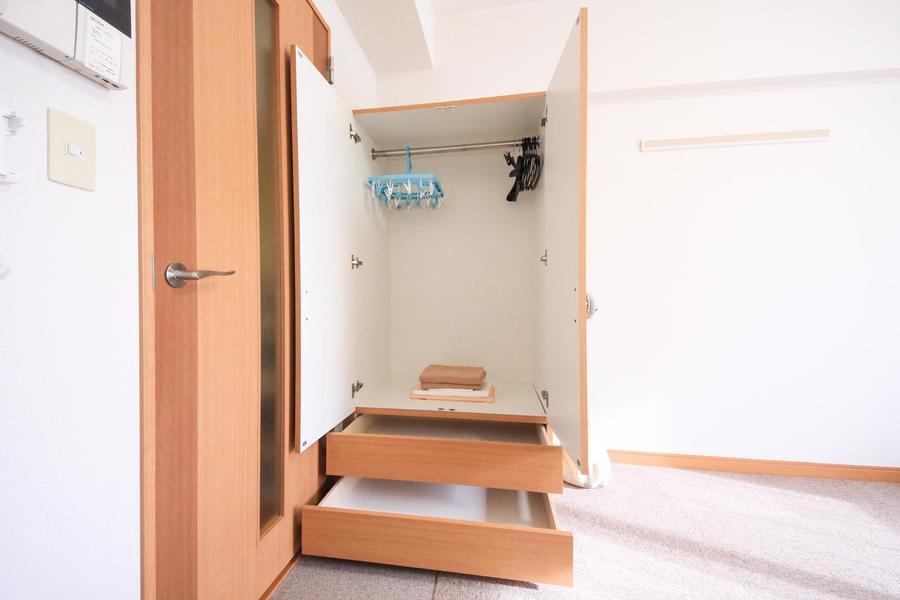 お部屋には大型クローゼットを設置。上下の収納でお荷物もすっきり