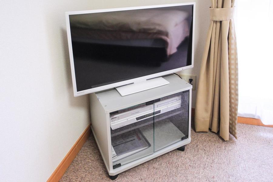テレビボードはコーナーに収められすっきりとした印象
