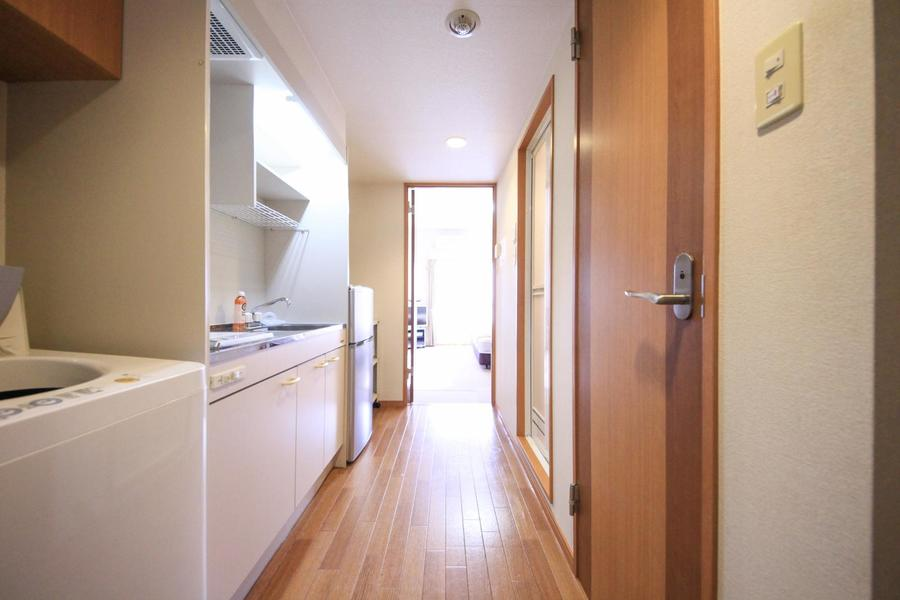 キッチン周辺はフローリング張り。木目のあたたかさが感じられます