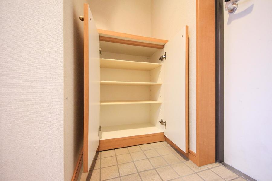 玄関にはシューズボックスを完備。散らかりがちな靴もすっきり