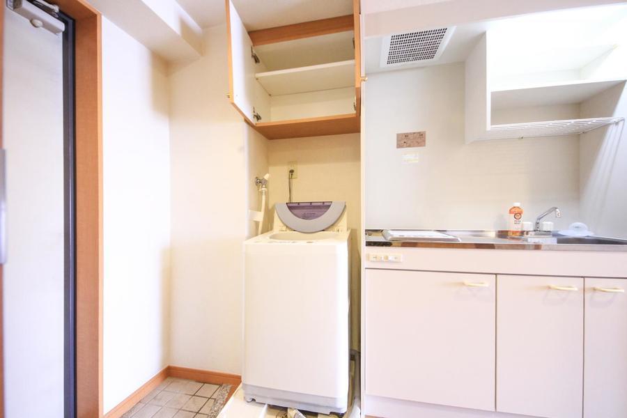 洗濯機上部にはミニ収納。洗剤など日用品置き場として便利です