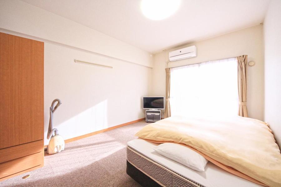 シックな色合いの床はひやっとしないカーペットタイプ。寒がりの方も安心です