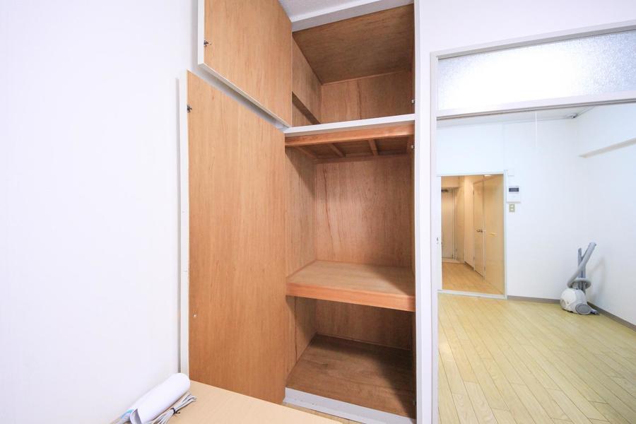 洋室側のクローゼットは天井まで届く大型大容量タイプ