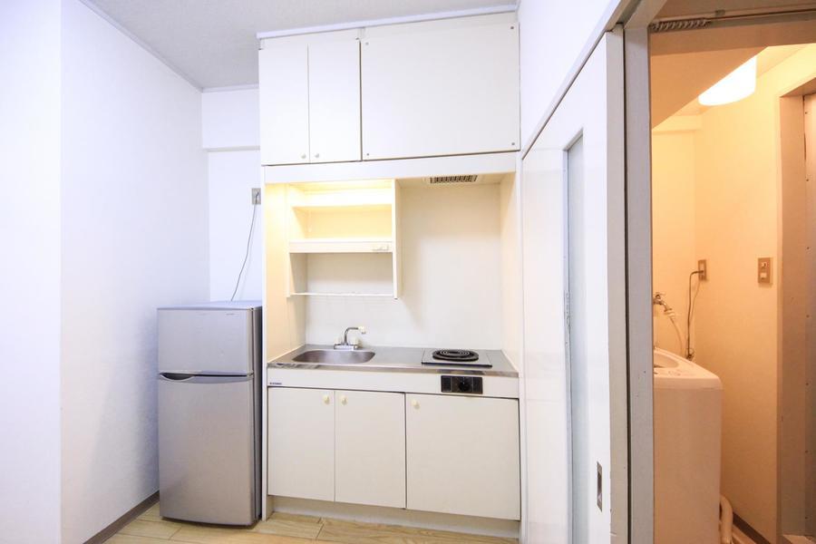 キッチンはコンパクトながら使いやすさを重視したつくり。収納も豊富です