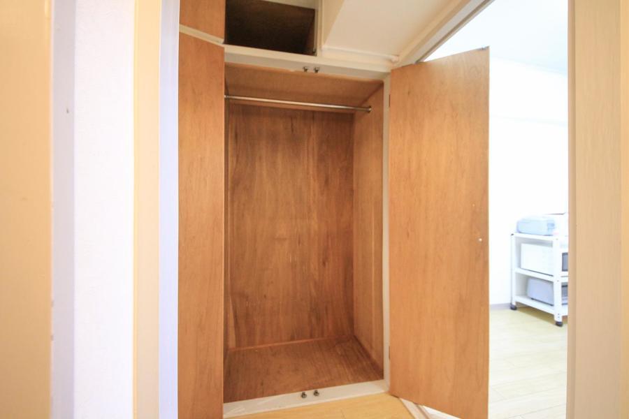 廊下側にも収納を設置。パイプハンガー付で衣類の収納に便利です