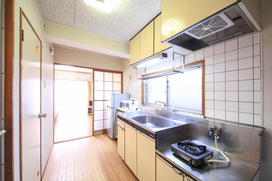 キッチン前は広めでゆったり。狭すぎず動きやすいのがいいですね