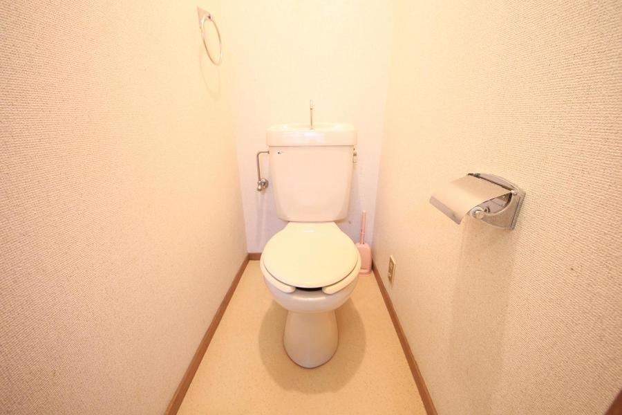 アイボリーの床があたたかな印象のお手洗い