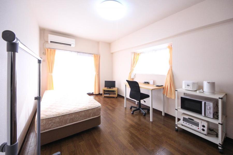お部屋は角部屋。二面の窓で日差しもしっかり取り込めるお部屋です
