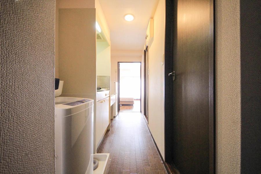 お部屋と同じくダークブラウンを基調とした廊下