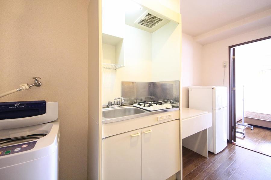キッチンはコンパクトタイプ。コンロは安定火力のガスタイプです