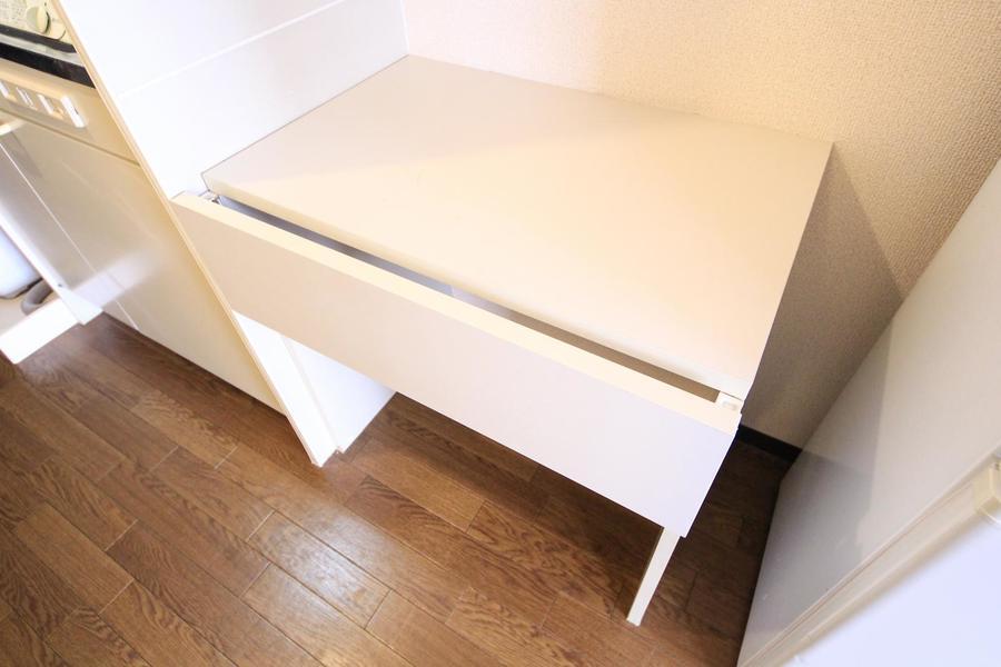 キッチン横には大きめサイドテーブル。ちょっとした置き場としてご利用ください