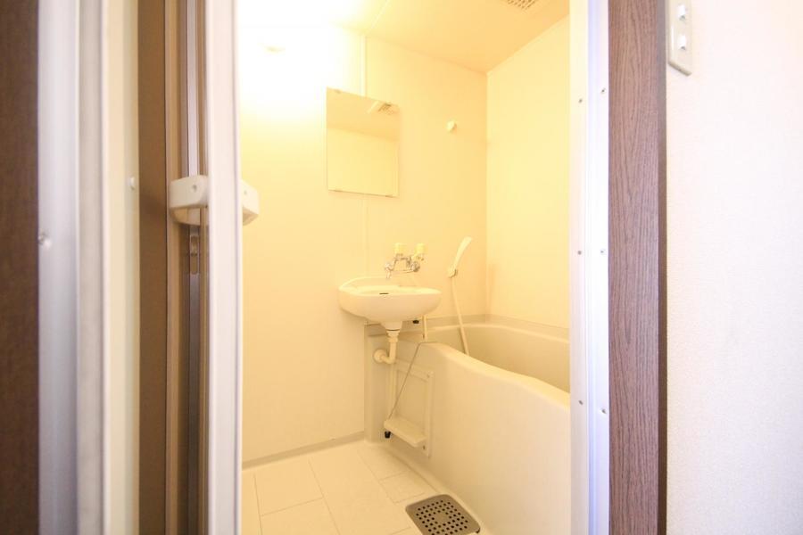 お風呂は清潔感あふれる空間。ゆったりとお過ごしいただけます