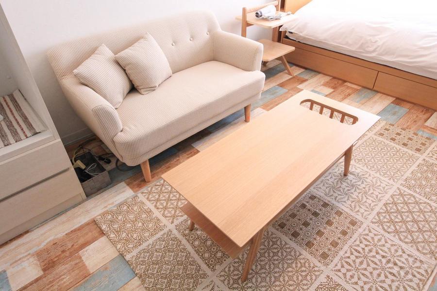 ゆったりくつろげる広めのソファ。テーブルにはマガジンポケットつき
