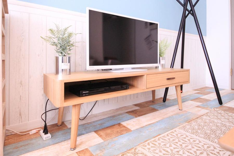 木目を生かしたTVボード。すっきりしたフォルムがお部屋に馴染みます