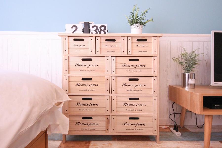 木箱を積み重ねたようなチェスト。シンプルながらも遊び心のあるデザインです