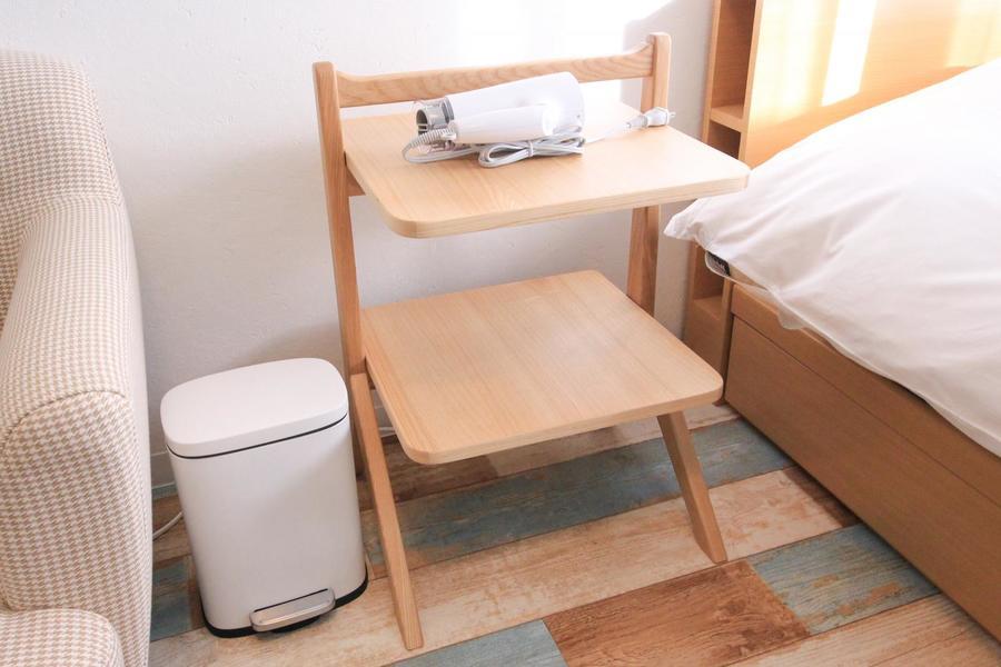 サイドテーブルはウッドテイスト。お休み前のひとときにぜひご利用ください