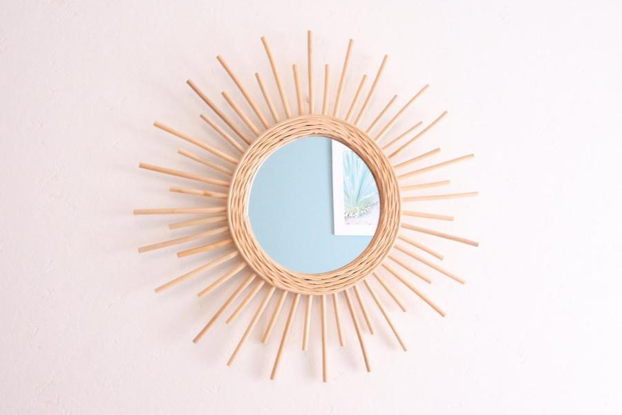 太陽を模したウォールミラー。ラタン製ならではのあたたかみが感じられます