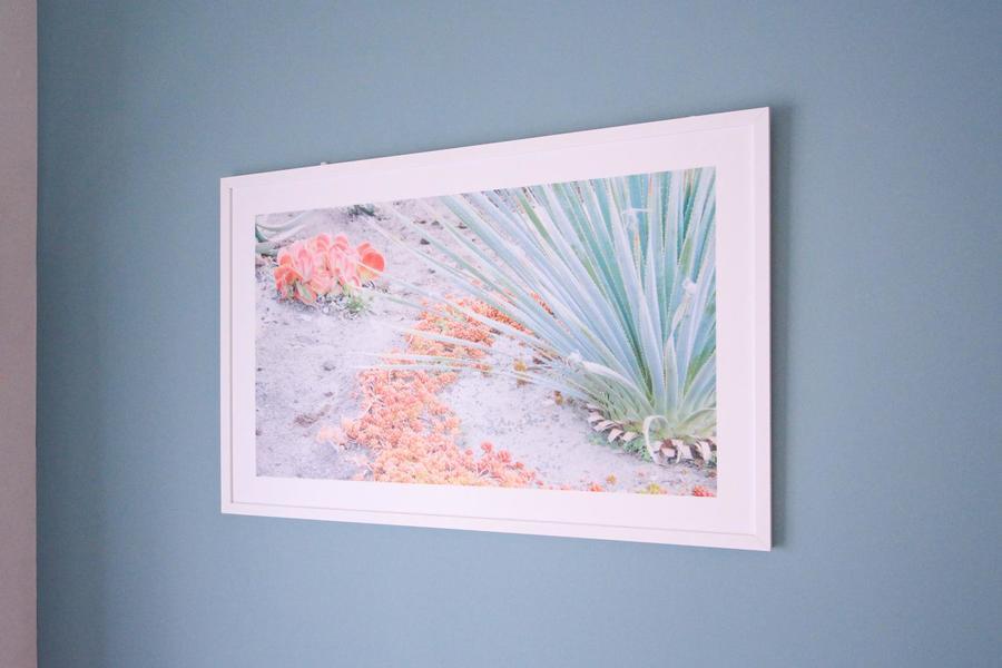 ウォールアートは淡い色合いのものをセレクト。壁紙の色合いをより引き立てます