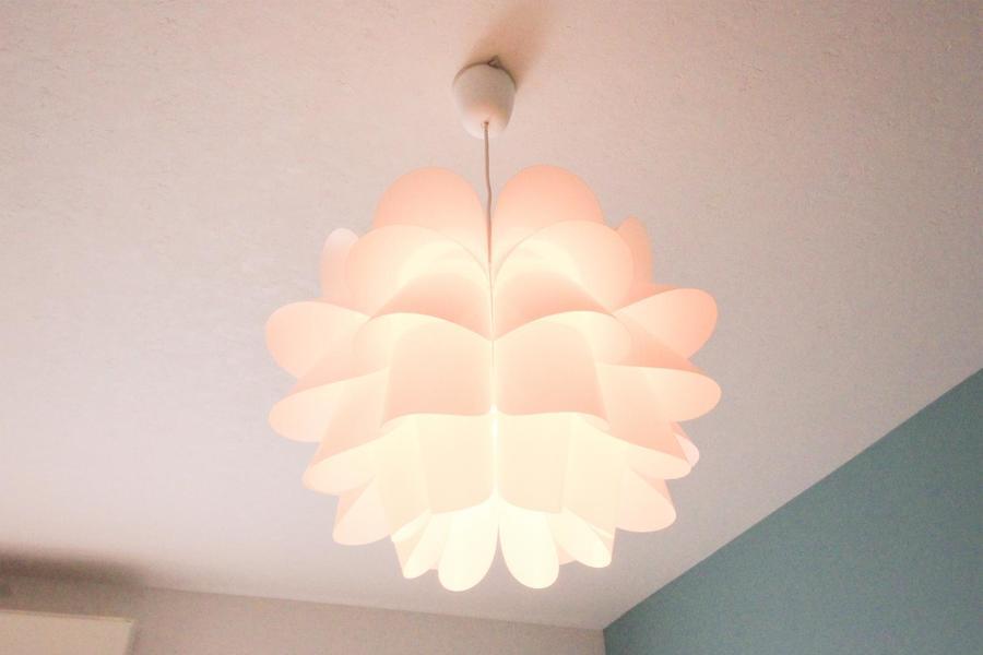 満開の花のようなシーリングライト。お部屋を隅々まで照らします