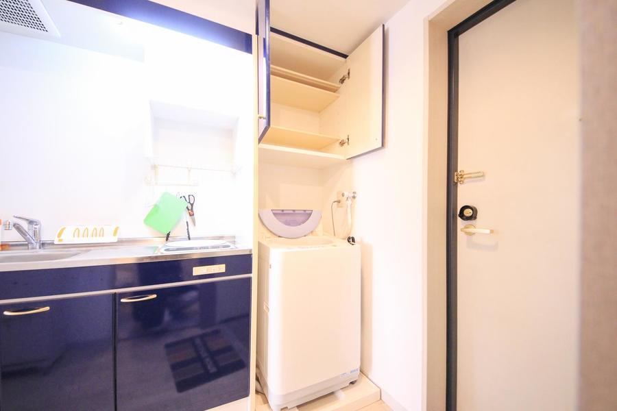 洗濯機上にも収納を完備。洗剤など日用品の保管に便利です